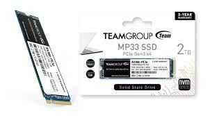 TeamGroup el primer fabricante que ha anunciado un SSD diseñado específicamente para la PS5, el Cardea A440 Pro Special Series. El primer SSD diseñado específicamente para la PS5 El TeamGroup Cardea A440 Pro Special Series es el primer SSD diseñado específicamente para la PS5, y no lo es solo porque cumpla con los requisitos impuestos por la compañía nipona sino porque el fabricante garantiza al 100% su compatibilidad, durabilidad y rendimiento. Este dispositivo de estado sólido utiliza el formato M.2 necesario para poder instalarlo en el socket de la consola, y utiliza interfaz PCI-Express 4.0 con protocolo NVMe 1.4 para el máximo rendimiento.Según el fabricante, estos SSD llegarán a las tiendas habituales a finales de este mismo mes de octubre de 2021 a un precio de venta recomendado de 189,90 euros para el modelo de 1 TB, 359,99 euros para el modelo de 2 TB y 899,99 para la variante de 4 TB.
