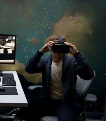 """Zuckerberg publicó una imagen de sí mismo probándose las gafas VR en su página de Facebook con el mensaje: """"Pasé el día con el equipo de investigación de Facebook Reality Labs en Redmond para hacer una demostración de nuestra tecnología de realidad virtual, realidad aumentada e inteligencia artificial [sic] de próxima generación. Éste es un prototipo llamado retina resolution. El futuro será asombroso."""
