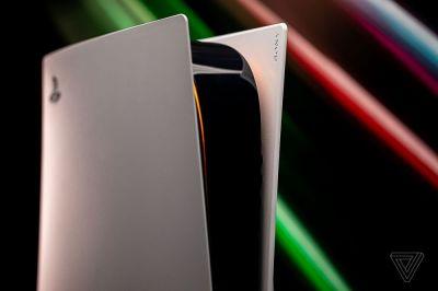 Sony ha lanzado silenciosamente un nuevo modelo PS5 revisado. Press Start, un sitio web de gaming con sede en Australia, informa que los modelos actualizados de PS5 incluyen un nuevo tornillo para el soporte base que ya no requiere un destornillador. Según los informes, Sony cambió un nuevo tornillo con un agarre alrededor de la parte superior para que se pueda ajustar fácilmente a mano.