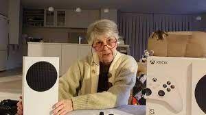 UNA ABUELA GAMER PREFIRIÓ UNA XBOX SERIES S POR ENCIMA DE UN PLAYSTATION  Una abuela gamer compro su primer Xbox tras años de disfrutar de Playstation y Nintendo   Alguna vez vieron una abuela tan fanática por el mundo gamer? La abuela es streamer desde hace un tiempo y tiene miles de seguidores! Como puede ser? NO se xd  Ver la noticia completa: https://www.levelup.com/noticias/641004/Abuela-gamer-prefirio-un-Xbox-Series-S-por-encima-de-un-PlayStation-5