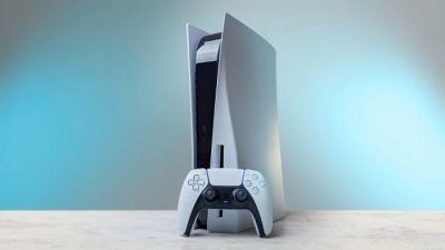 """PlayStation Now finalmente podría rivalizar con Xbox Game Pass, gracias a una nueva patente. El servicio PlayStation Now de Sony podría obtener juegos de PS5 en un futuro cercano, basado en una nueva patente que fue presentada por la compañía. La patente, llamada """"Almacenamiento en red de baja latencia y velocidad ultra alta"""", se presentó el 27 de abril de 2021 y muestra cómo Sony planea usar múltiples SSD NVMe para almacenar datos de videojuegos (gracias, DualShockers). Estos datos pueden luego transmitirse dinámicamente entre los SSD para que puedan entregarse al cliente sin demora en caso de que una unidad se sobrecargue o muera. La adición de NVMe SSD sugiere que Sony podría estar usando las mismas unidades que se encuentran en PS5, lo que naturalmente abriría la puerta a los juegos de PS5 que aparecen en PS Now. Tal como está, PlayStation Now solo permite a los usuarios descargar una gran cantidad de juegos de PS4 y PS2, pero estos también se pueden transmitir. Los juegos de PS3 también están incluidos en el servicio, pero no se pueden descargar."""