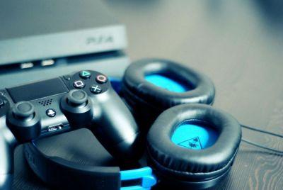 """PlayStation cede sus exclusivas para mostrarle a los PC gamers """"lo que se han estado perdiendo"""" Cada vez más exclusivas de PlayStation llegan a PC y muchos se preguntan por qué Sony está haciendo esto después de años de guardarlas en su ecosistema. Si bien está claro que el fin es ganar dinero, la compañía también lo hace para que los PC gamers vean """"lo que se han estado perdiendo"""".   Recientemente, Shawn Layden, exjefe de PlayStation tuvo una entrevista con What's Up PlayStation. En ella platicó sobre su tiempo en la compañía, así como la estrategia de Sony para llevar más de sus juegos al ecosistema de PC.  En la conversación, Layden dejó claro que cuando él estaba en PlayStation comenzaron a diseñar la estrategia para llevar exclusivas a PC. La idea original era llegar a nuevos clientes al tomar algunos de sus mejores juegos y """"llevarlos hasta su casa"""".  """"Necesitamos ir a donde ellos están porque decidieron no venir a nuestra casa, así que tenemos que ir a la suya. ¿Y cuál es la mejor manera de ir a su casa? ¿Por qué no tomando uno de nuestros juegos más vendidos que ya rompió el mercado? Han estado disponibles por 18 o 24 meses, ya no hay una actividad real en minoristas. No estoy intercambiando una venta por otra y al llevarlo a PC les puedo dar una idea tipo: 'chicos, ustedes eligieron no venir a PlayStation, déjenos enseñarles lo que se han estado perdiendo"""", explicó Layden."""