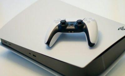 La última actualización para PlayStation 5 incorpora grandes novedades incluida la opción de personalizar la pantalla de inicio. Se pueden realizar con sencillos pasos, customizando así la experiencia de PlayStation 5 a tu gusto. Por supuesto, aparte también podemos instalar temas, fondos o imágenes. El centro de control de PS5 engloba todas las pestañas de la pantalla de inicio, y podemos acceder a él pulsando el botón PS de nuestro Dualsense.  Los iconos predeterminados del menú de PS5, de los cuales puedes cambiar su ubicación y orden, son los siguientes. Home Conexiones Notificaciones Base del juego Música Descargas / actualizaciones PlayStation VR Sonido Micrófono Accesorios Perfil Batería del mando Navegador Accesibilidad Redes Para salir de esta configuración de iconos solo debes mantener pulsado el botón PS del Dualsense. Desde este menú puedes modificar a tu gusto el orden de aparición de cada uno de ellos.  Para resaltar un icono en concreto y modificarlo, sitúate sobre él y pulsa el botón Opciones del mando Dualsense. Automáticamente, se abrirá una pestaña de herramientas para el icono seleccionado. Para conocer todo entra aquí: https://www.hobbyconsolas.com/reportajes/como-personalizar-pantalla-inicio-ps5-939665?amp