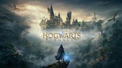 Filtrados nuevos detalles y la fecha de lanzamiento de Hogwarts Legacy! Fecha de lanzamiento de Hogwarts Legacy para otoño de 2021. Personalización total de nuestro personaje. La destrucción de los elementos será total. Según la filtración, todo cobrará sentido dentro de Hogwarts Legacyya que al volver a una zona, todo podrá estar reparado gracias a la magia.Todas las clases de magia podrán ser mejoradas y entrenadas (habilidades), a través de miniuegos. El sistema de las casas funciona al igual que en el universo que conocemos de Harry Potter. Le daremos puntos a nuestra casa (o se los quitaremos) en función de nuestros actos, habiendo una ganadora al final. Dumbledore aparecerá de joven. Hogwarts Legacy cuenta con mecánicas muy parecidas a las de Bully, el exitoso juego de Rockstar Games, pudiendo así interactuar con todos los NPC's, ya sea para burlarte de ellos, saludarles y más. La historia será muy oscura aunque comience de forma alegre, como ha ocurrido tanto en las películas como en los libros. El juego estará vinculado con Animales Fantásticos 3. Se pueden visitar todos los lugares que aparecen en los libros y películas, así como otros completamente nuevos. Habrá un sistema de Incursiones (Raid). Se pueden domesticar animales y montarlos (además de algunos vehículos).